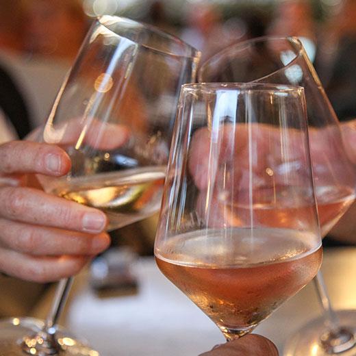 Trinquer verres de vin le 17